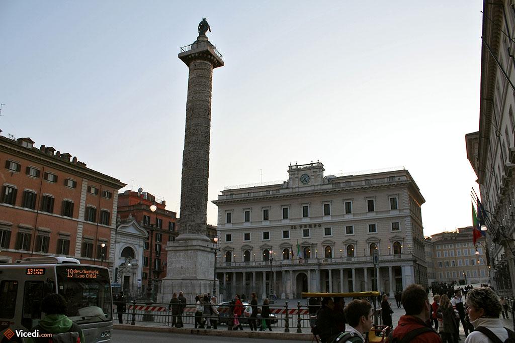 La colonne de Marc Aurèle sur la Piazza Colonna, avec au fond le siège du journal quotidien Il Tempo, le Palais Wedekind.