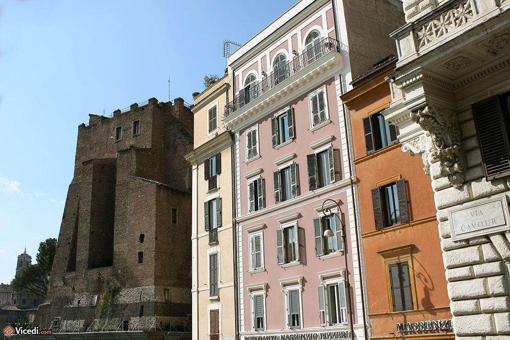 On reconnait à la fin de la Via Cavour la Tour des Conti, une tour du Moyen Âge.