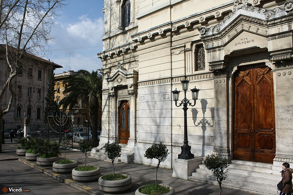 Entrée de la synagogue de Rome.