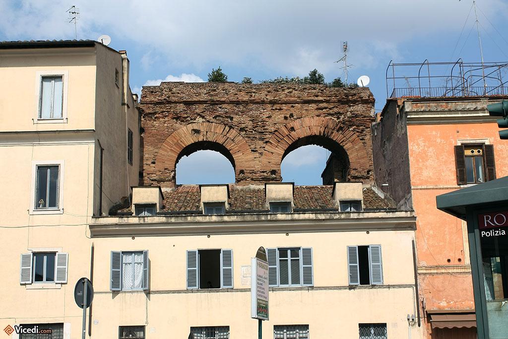 Partout dans la ville, les vestiges se mêlent aux immeubles modernes.