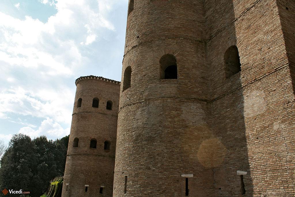 Porta Asinaria, une des portes du Mur d'Aurélien, derrière lequel se trouve le centre historique de Rome.
