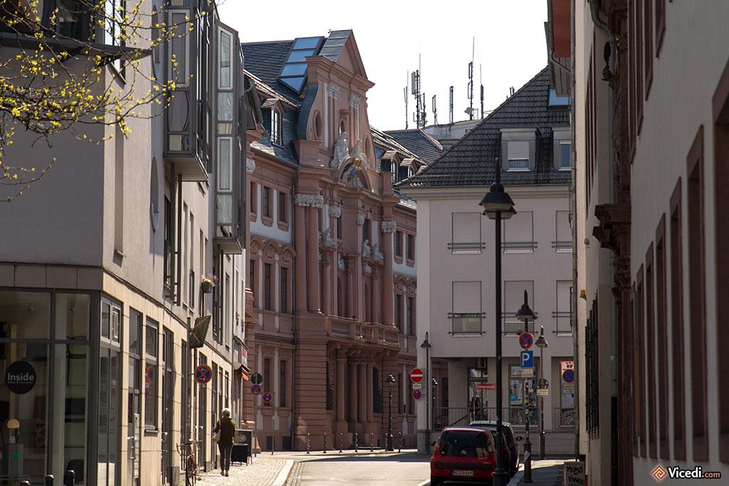 Au bout de la rue, le Palais Dalberg.
