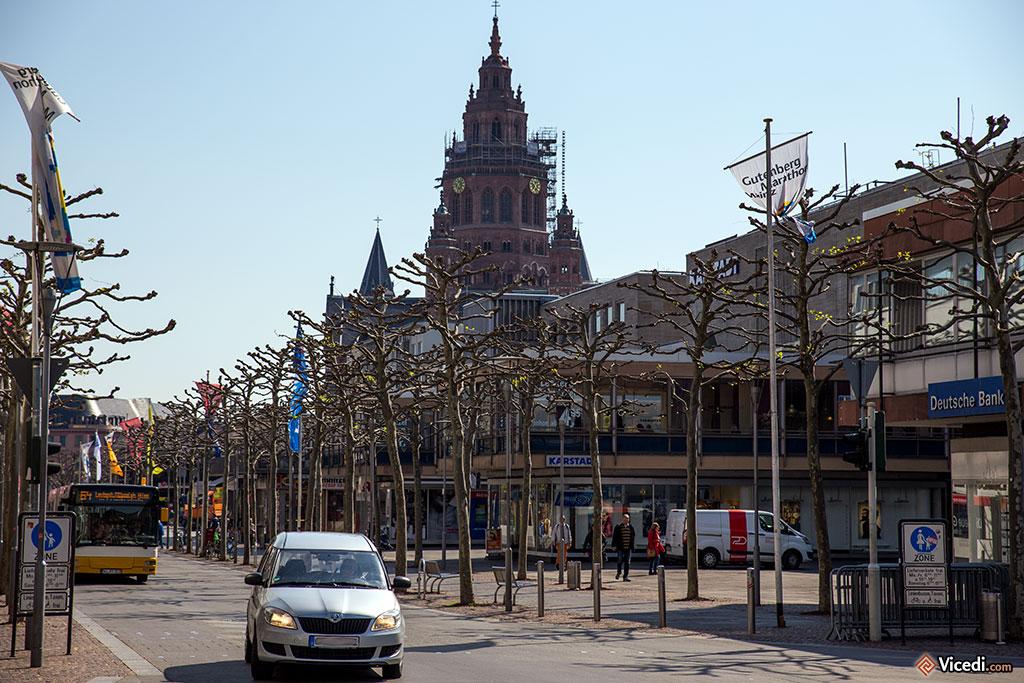 Derrière les immeubles, la tour lanterne de la cathédrale.