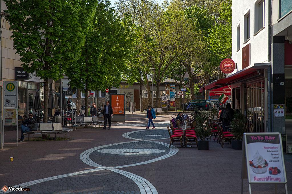 Il existe de nombreuses rues piétonnes en centre-ville. Il vaut mieux regarder les arbres plutôt que les immeubles.