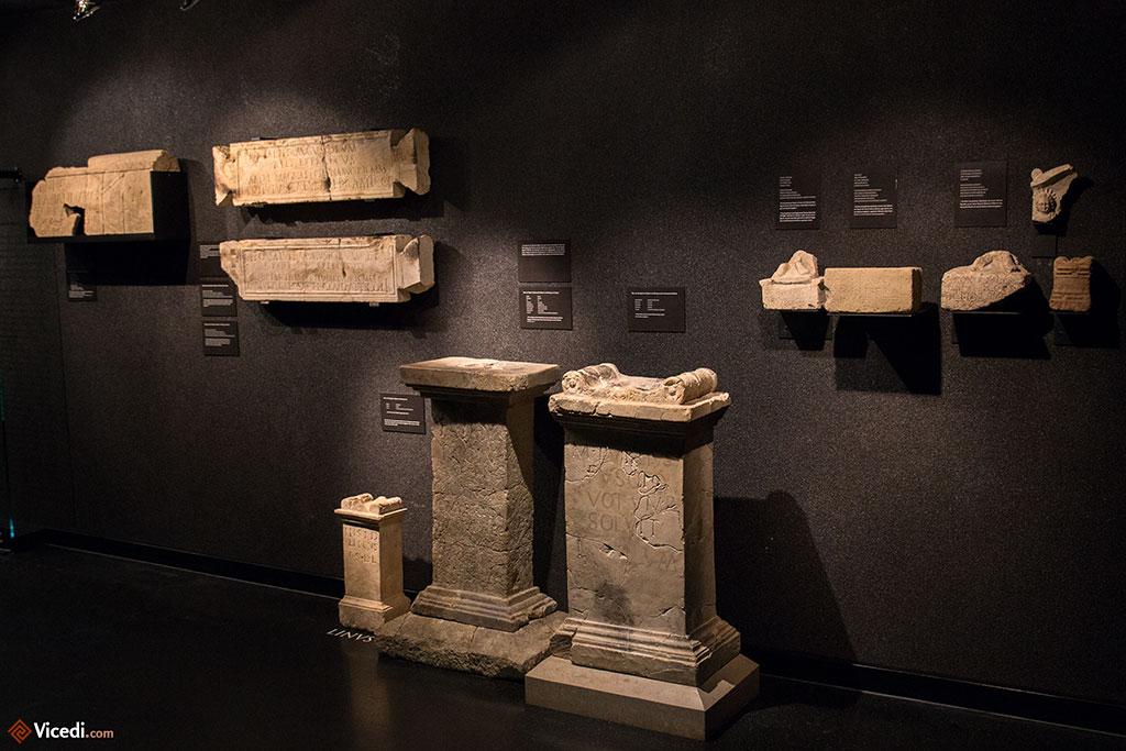 Objets retrouvés lors des fouilles. On peut y voir des stèles, des plaques votives, des statuettes...