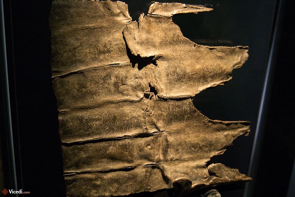 Peut-être l'un des objets les plus précieux. Le temple était rempli de ces écrits calligraphiés, des sorts de malédiction pour la plupart.