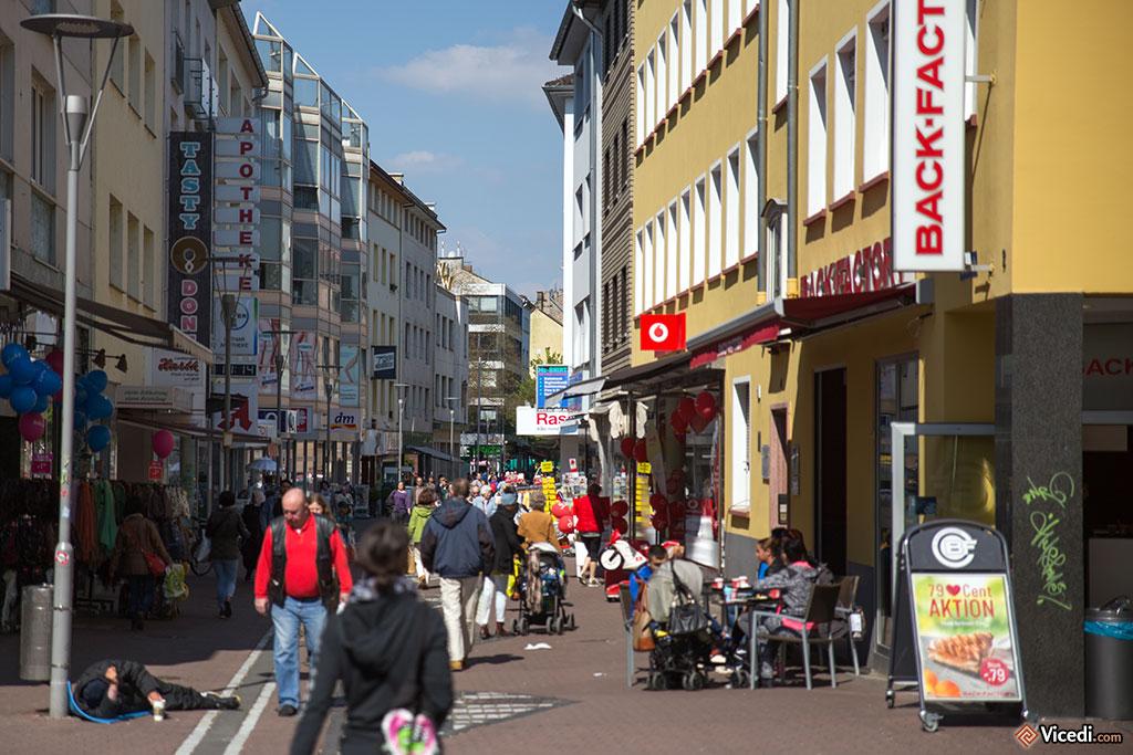 Même dans une rue si mouvementée et commerçante que la Fuststraße, la misère humaine se manifeste.