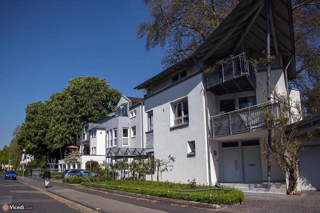 En dehors du vieux centre-ville, nous sommes dans des quartiers parfois très chics, comme ici avec cette maison moderne.