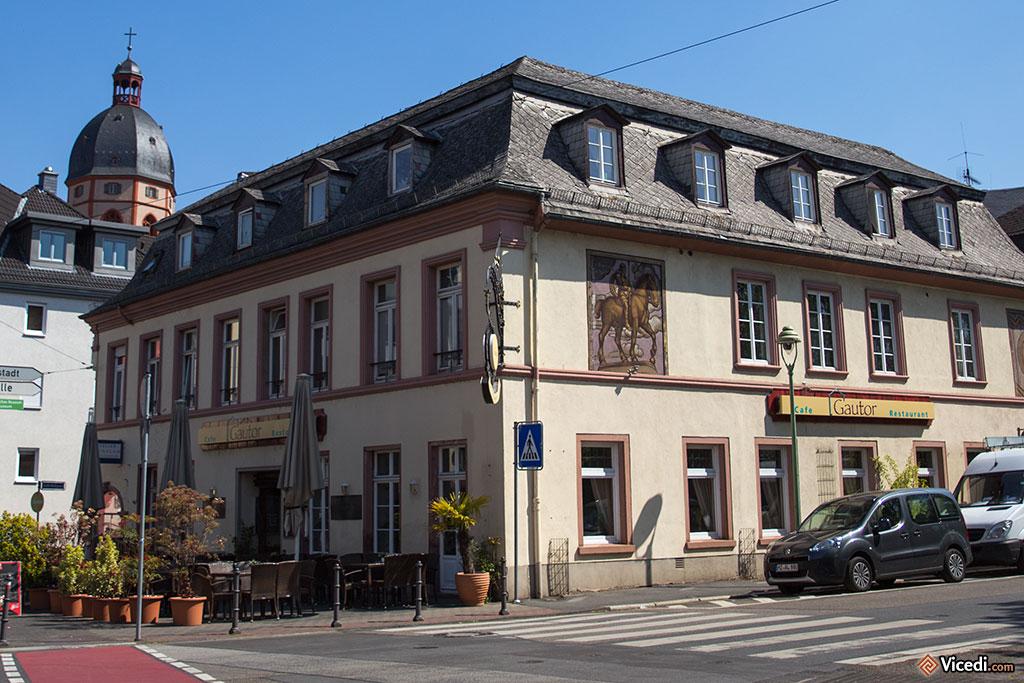 Derrière ce beau bâtiment où se trouve le restaurant Gautor, du nom de l'ancienne porte Gautor, on aperçoit la tour de l'église Saint-Etienne, contemporaine de la cathédrale. Willigis y est inhumé.