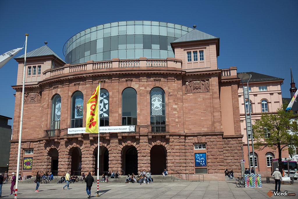 Aujourd'hui, le Théâtre d'État de Mayence a pris la relève de son lointain ancêtre. Il a été surmonté en 2001 de ce cylindre de verre, où se trouve un restaurant.