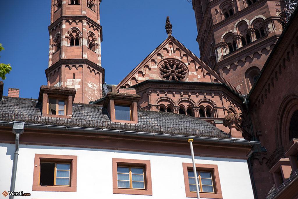 Il est impossible d'avoir une vision généraliste de la cathédrale : de nombreuses maisons l'entourent.