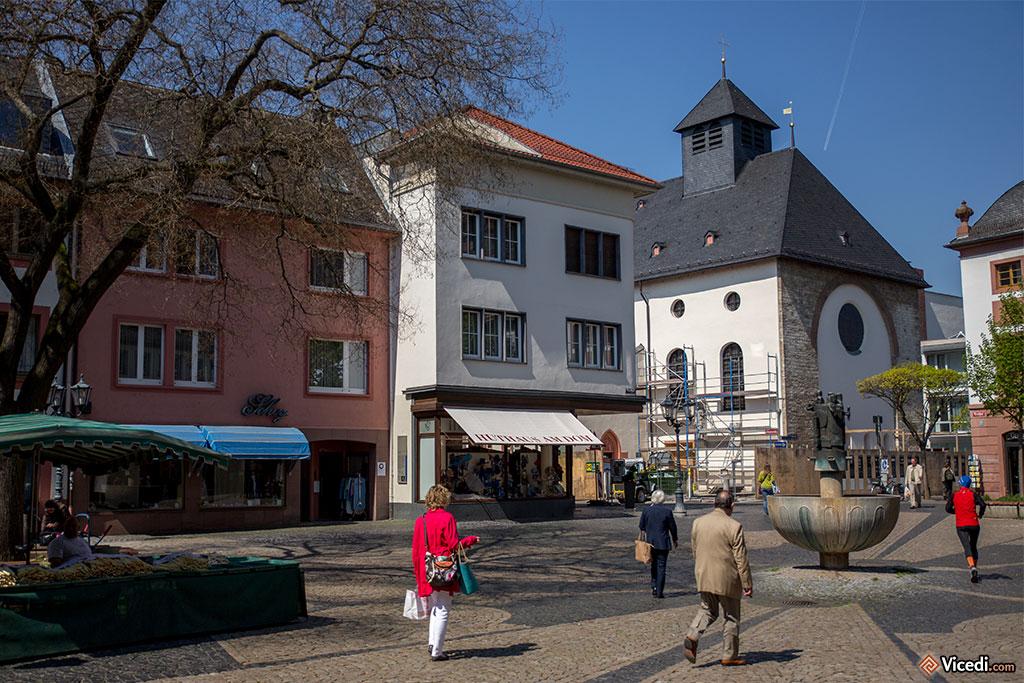 Au fond de la place, l'église Saint Jean, la plus ancienne de Mayence. Elle date du Xème siècle, consacrée en 910.