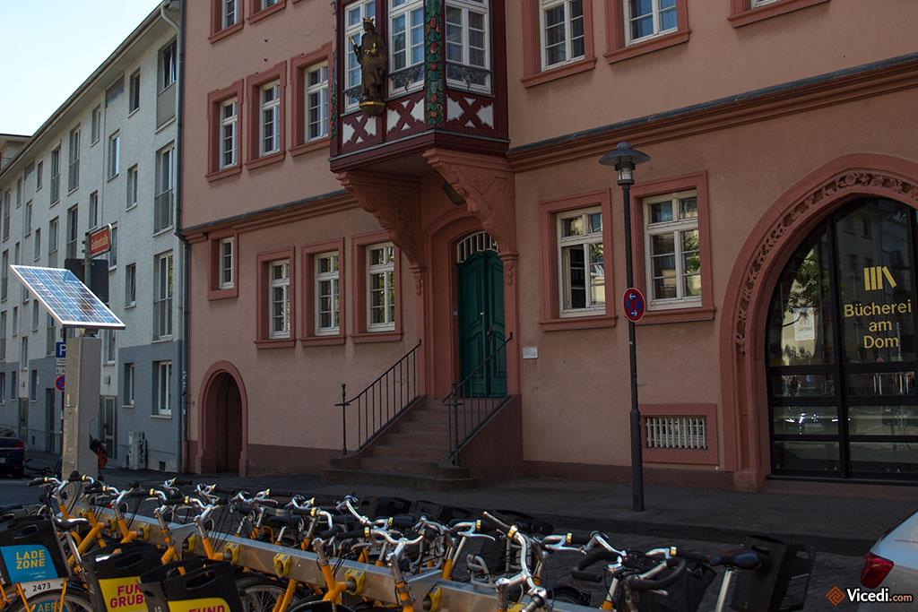 Bücherei am Dom, une bibliothèque à la superbe façade. En bas de la photo, on peut voir les vélos publics, comme le Vélib de Paris.