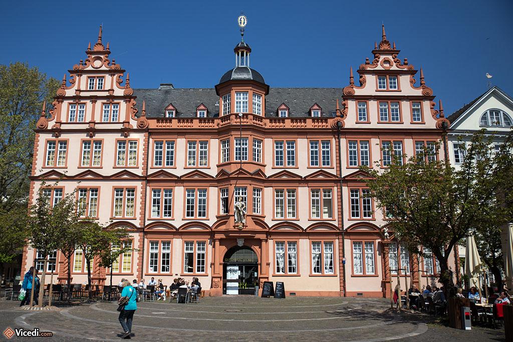 """L'Hôtel """"Zum Römischen Kaiser"""", où se trouve le musée Gutenberg. Comme il brûla entièrement pendant la Seconde Guerre Mondiale, il fut reconstruit. C'est, pour moi, le plus bel édifice de Mayence, mais il ne s'agit là que de la façade."""