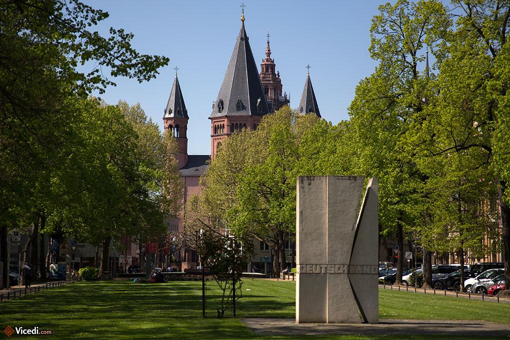La cathédrale, vue du jardin  de Fischtor, l'ancienne Porte des Poissons. Le Rhin est juste derrière le photographe. C'est ici que l'on venait autrefois acheter du poisson.