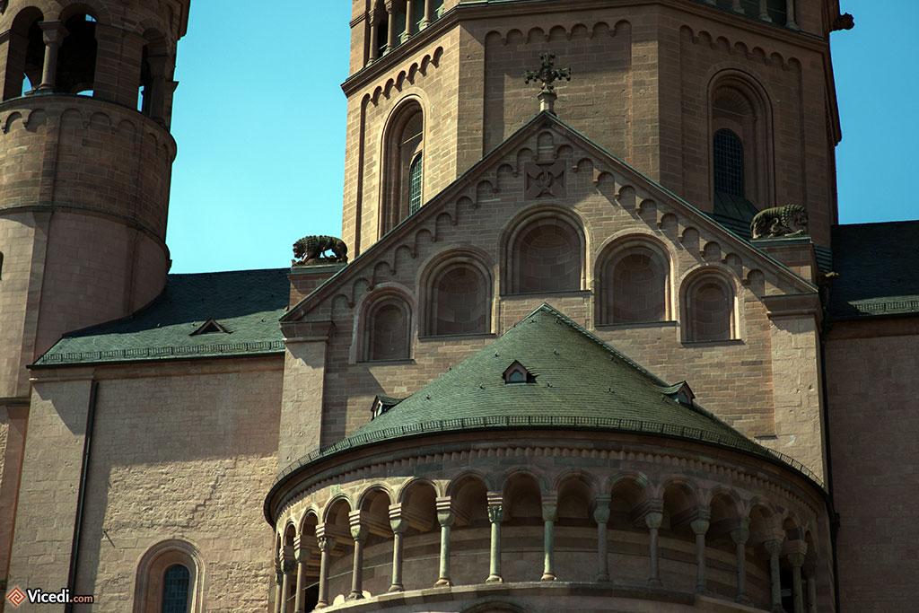 Détail de l'abside et de ses fausses arcades, surmontée par une tour octogonale.