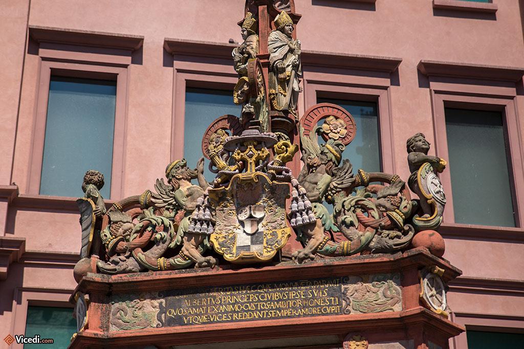 Détail de la fontaine Marktbrunnen. De style renaissance, elle date de 1526.