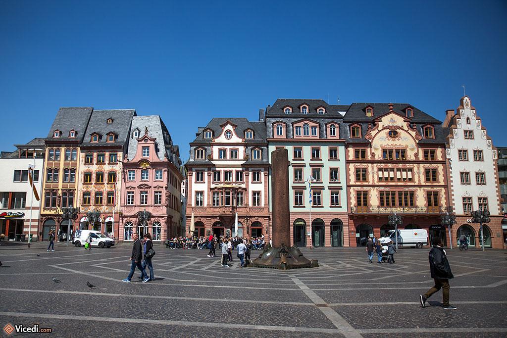 La Place du Marché. Une fois par semaine, un marché s'y tient toujours. Au centre, un Heunensäule, une des colonnes qui avaient été commandées au XIème siècle pour la cathédrale, mais ne furent jamais utilisées. Celle de la place du Marché possède une base en bronze, représentant les différentes périodes historiques de la ville.