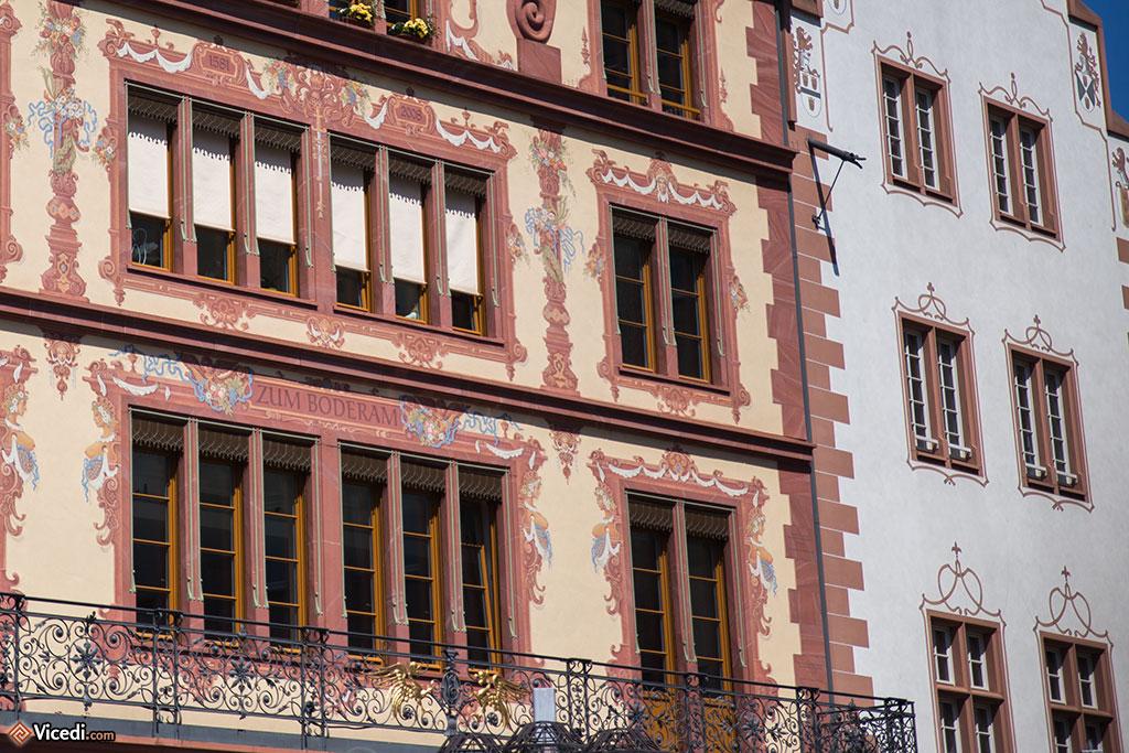 Détail de la maison Zum Boderam de la place du Marché, où est né l'architecte allemand Maximilian von Welsch.