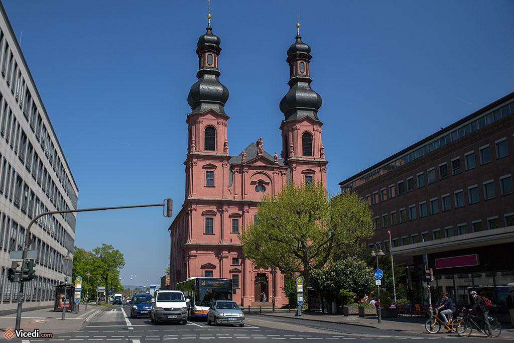 Eglise Saint-Pierre, de style rococo. Comme vous le voyez, l'église est entourée d'immeubles fonctionnels... et moches. Pour moi, cette photo résume Mayence.