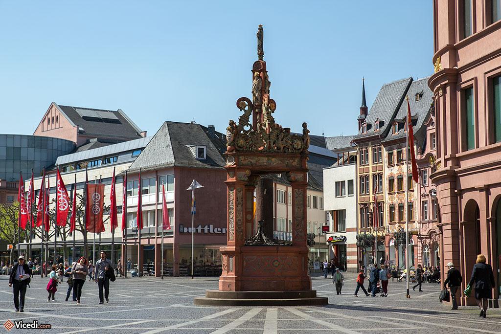Place du marché, coté oriental, avec la plus ancienne fontaine de Mayence., la fontaine Marktbrunnen.