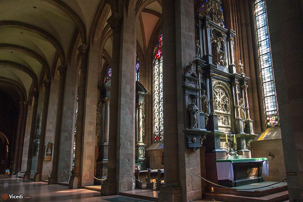 Les chapelles collatérales, de style gothique et leurs fenêtres à meneaux.