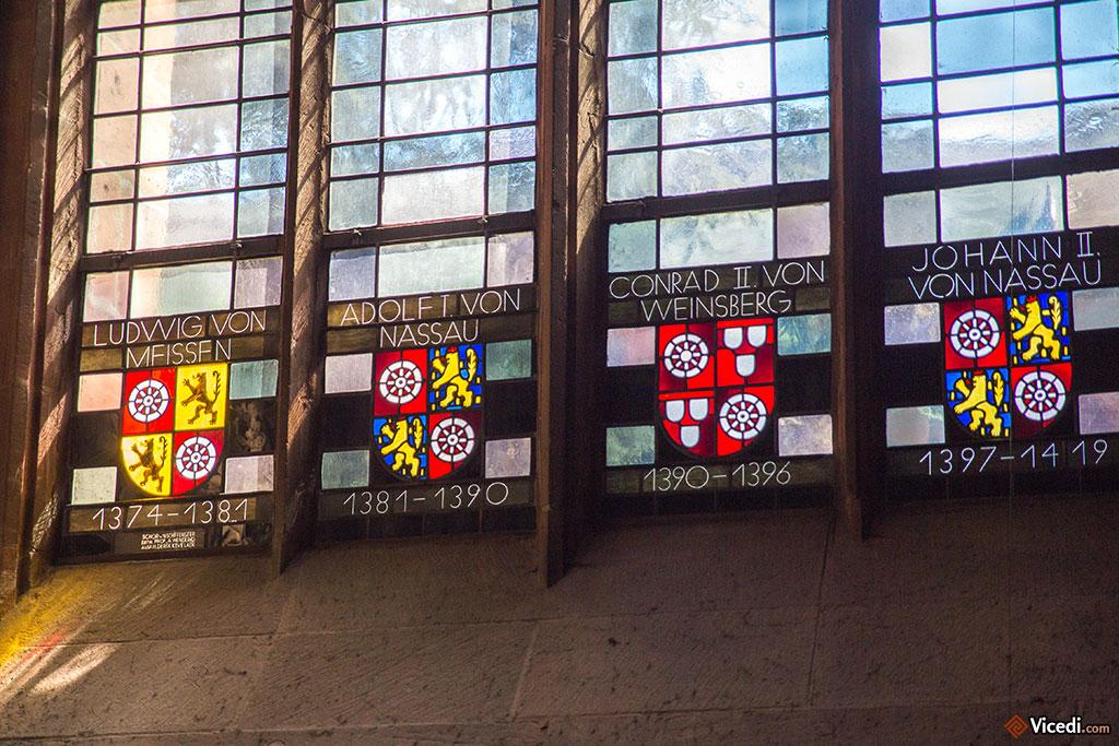 Sur les vitraux des chapelles, les noms des différents archevêques.