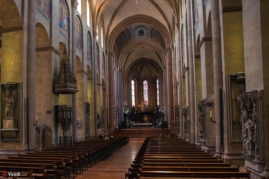 La nef principale de l'église, avec au fond le choeur ouest.