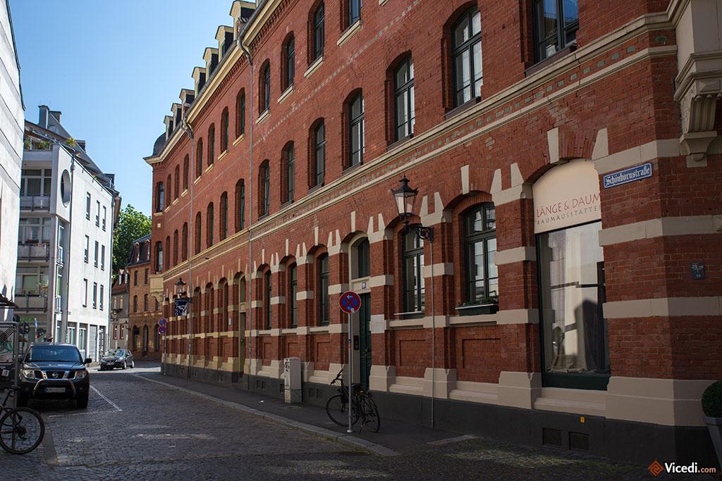 Un des rares immeubles de briques rouges de la ville.