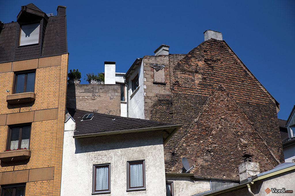 L'immeuble à droite nous montre bien  comment les maisons à Mayence ont été rafistolées au fil du temps.