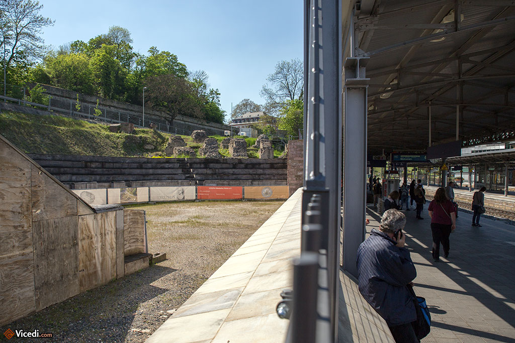 A gauche, le théâtre romain, collé à la gare Mainz Römisches Theater, deuxième plus importante de la ville.