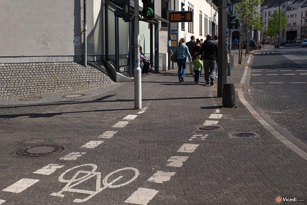 Mayence attache une attention toute particulière aux vélos, avec ces pistes cyclables un peu partout sur les trottoirs. Néanmoins, malgré les efforts, les habitants font beaucoup moins de vélo qu'à Amsterdam.