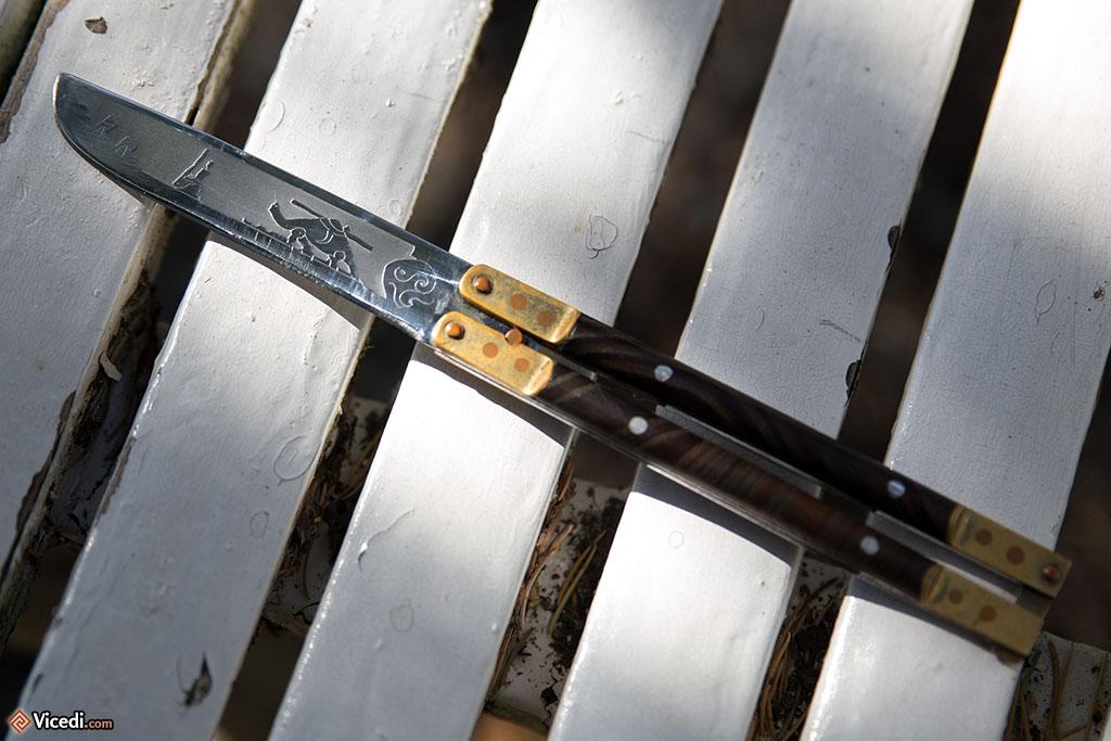 Mon couteau ouzbek, avec ses motifs sur la lame tranchante.