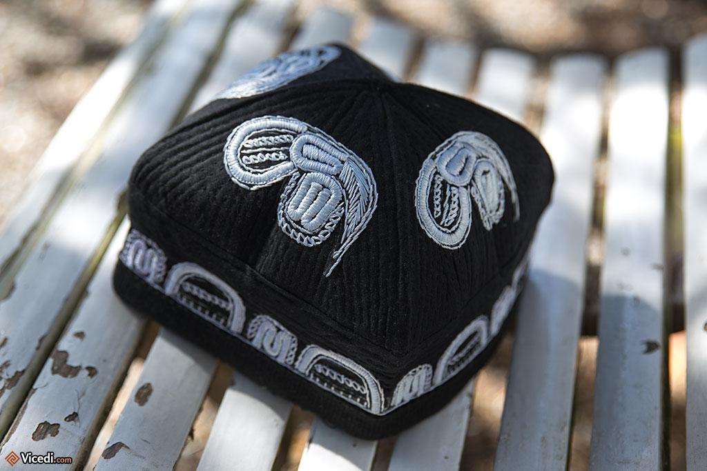Ce chapeau est typique d'Ouzbékistan. On le voit absolument partout, sur des hommes de tout âge.