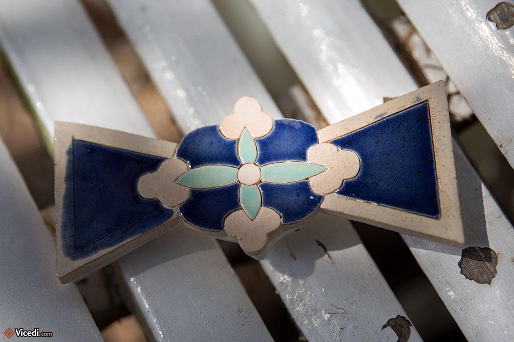 Un papillon, motif décoratif d'origine zoroastrien, symbolisant la lumière.