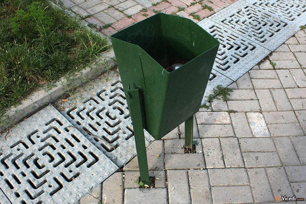 Quand on a vu les poubelles camouflées, c'est dommage de faire ça... mais ça existe aussi. Tout n'est pas parfait, évidemment.