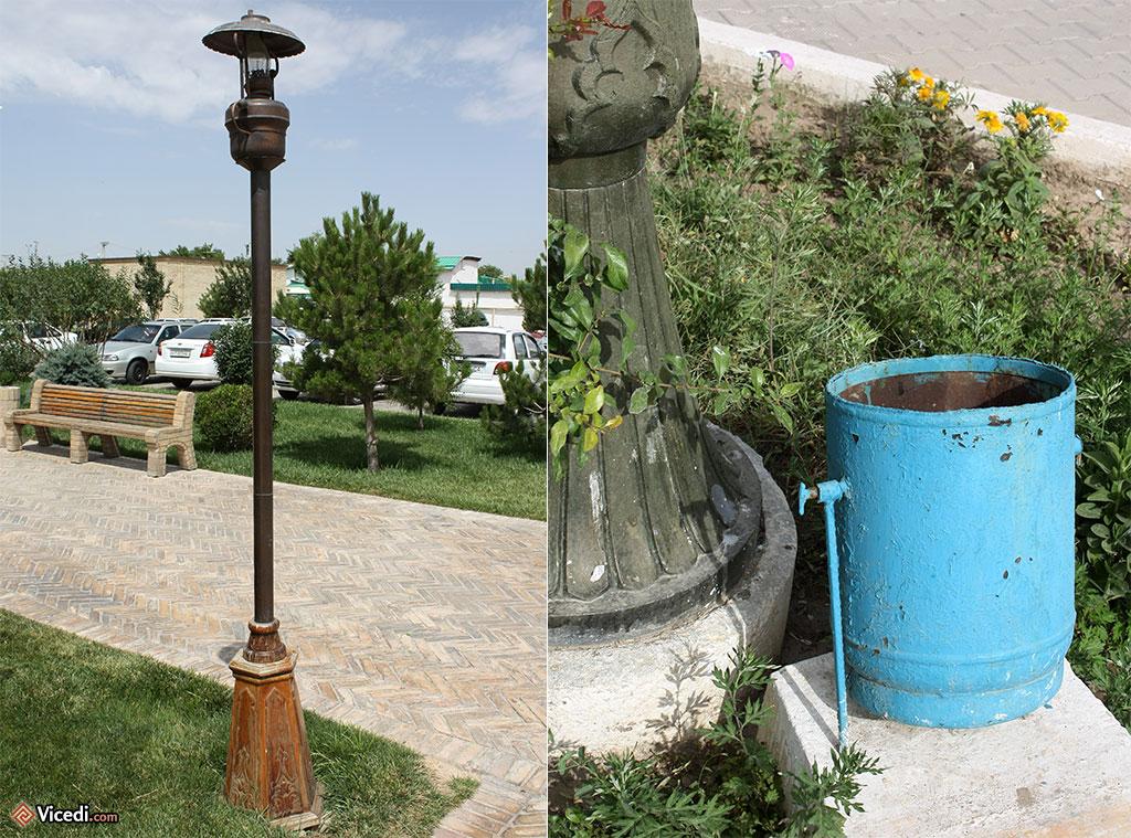 A droite, au pied du lampadaire, une poubelle. Sa simplicité ne l'empêche pas d'être élégante.