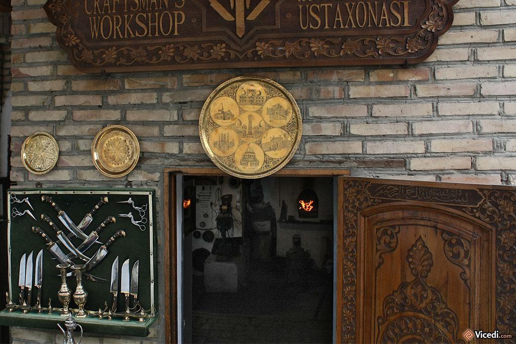 Entrée de la boutique. Au passage, on remarque la belle porte en bois gravé.