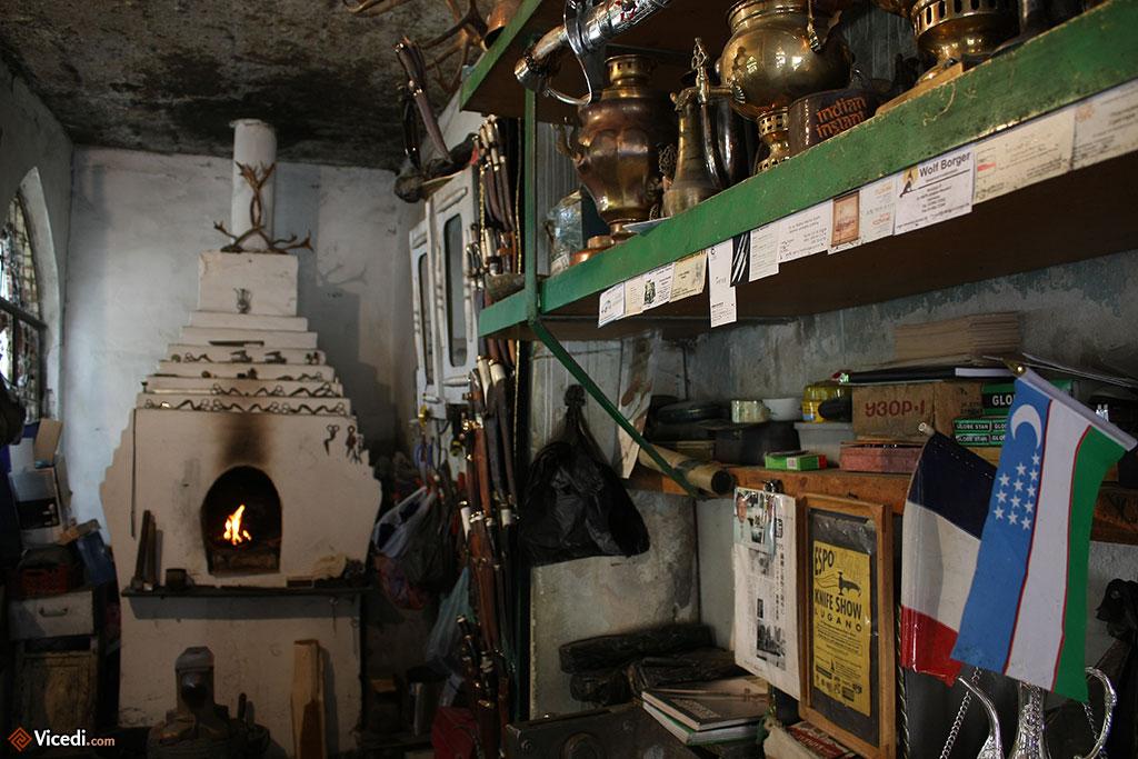 On remarque le four au fond, avec devant, en bas à gauche de la photo, l'enclume. Nous sommes dans l'atelier du forgeron.
