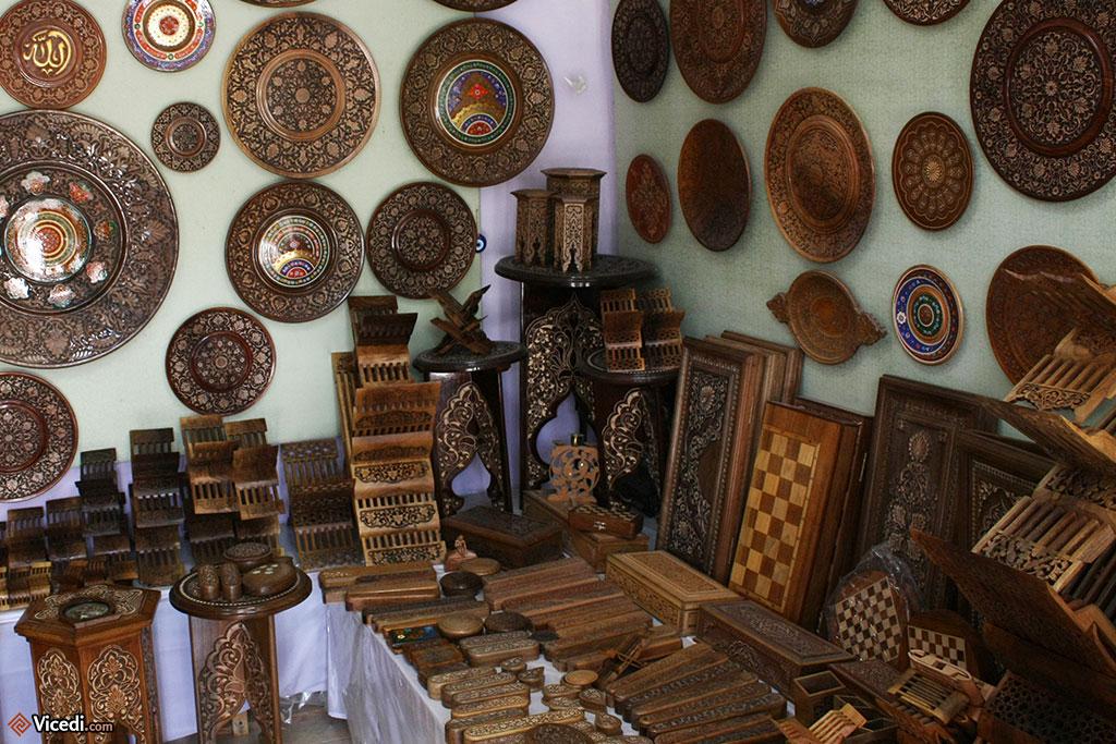 A Boukhara, cette boutique d'artisanat propose de la céramique, des lutrins ou des jeux d'échecs, entre autres. Tout le savoir-faire boukhariote en une photo!