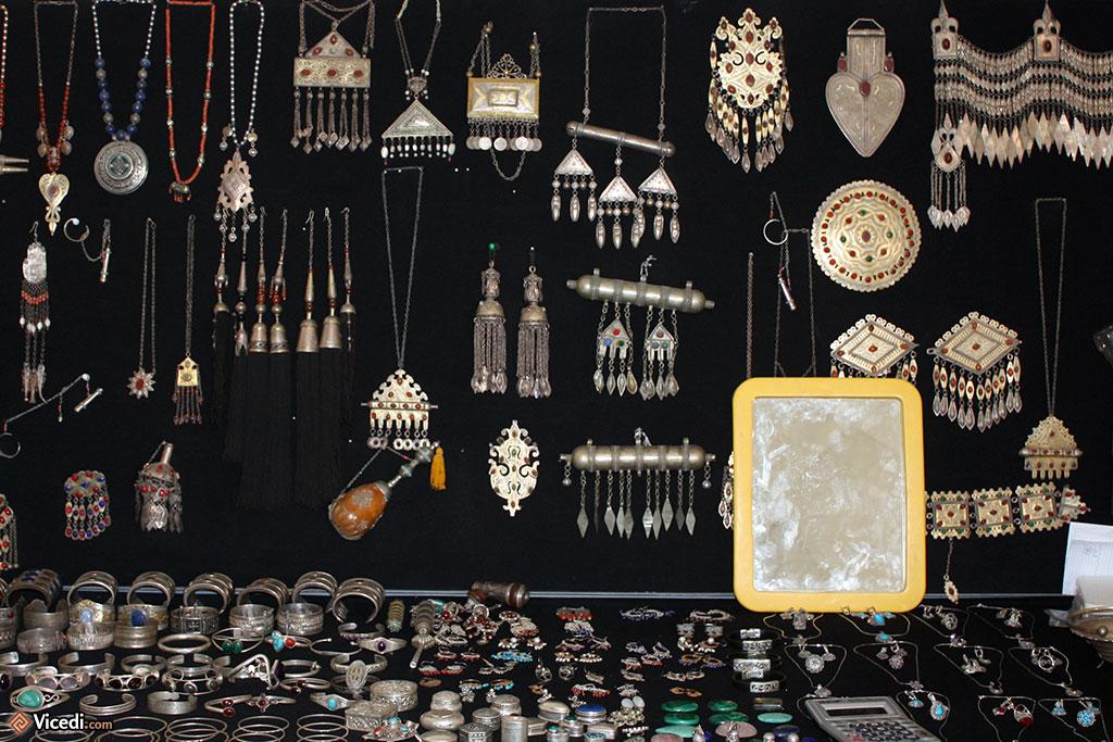Quand on parle de métal, on parle aussi de bijouterie. Les pendentifs et autres bracelets sont toujours populaires en Asie Centrale.