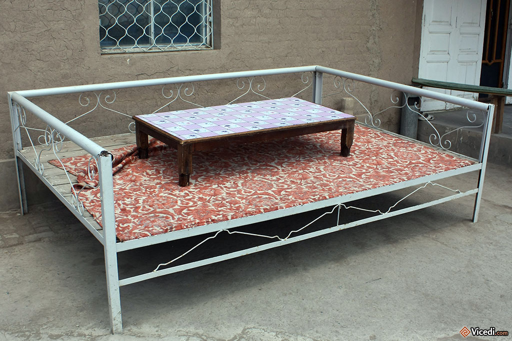 Un chorpoi en métal. C'est un meuble typique d'Asie Centrale, qui permet de s'asseoir comme si on était par terre, sans les inconvénients. On peut y manger, mais on peut également y se reposer, jouer... traditionnellement fait en bois, celui-ci est fait tout simplement en fer, sans doute bien plus économique.
