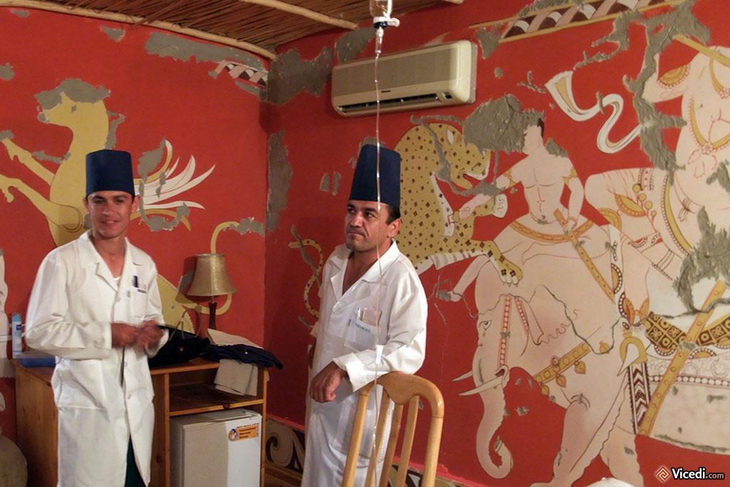 Les peintures murales de notre chambre à Boukhara, inspirées d'Afrasiab. Ne faites pas attention aux médecins, ils étaient là pour m'aider à me relever de la tourista...