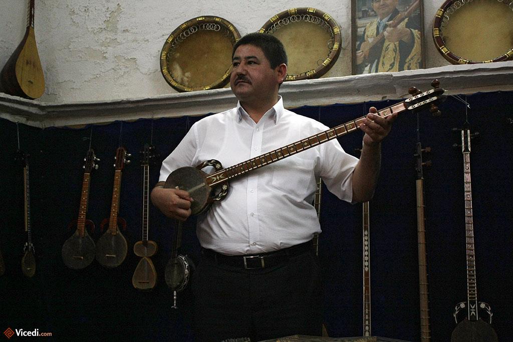 Ce musicien de Samarcande fabrique ses instruments. Pour les touristes, il fait des démonstrations remarquables des sonorités ouzbeks.