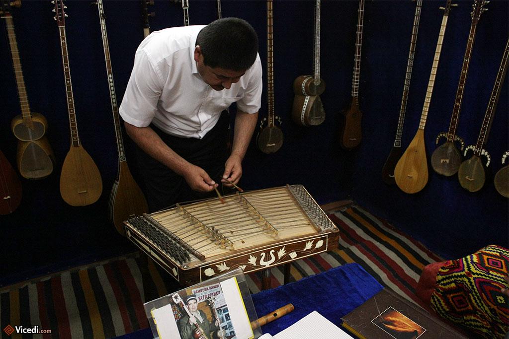Le tchang, un instrument à cordes frappées.