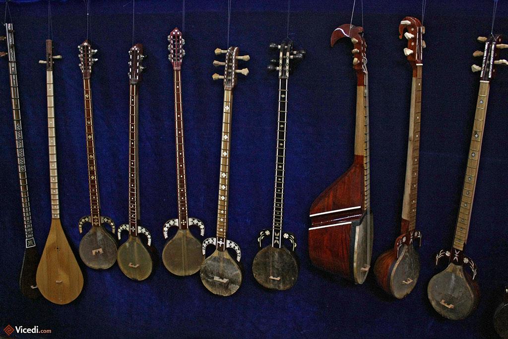 Instruments de musique ouzbeks : rubabs et dotârs.