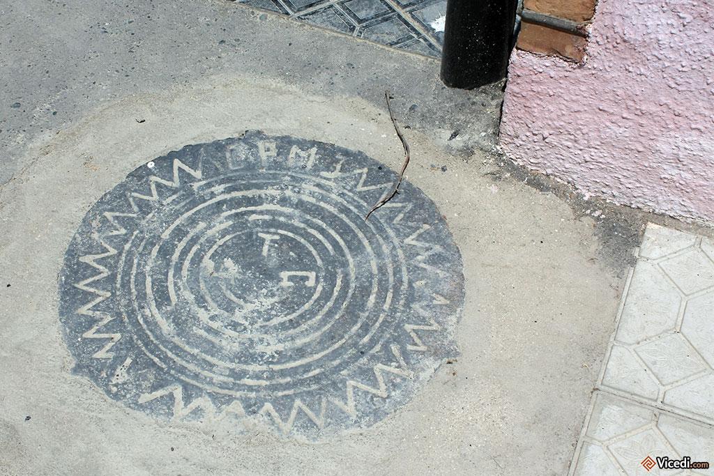 Enfin, nous avons une plaque qui pourrait être un élément décoratif du sol. Parfois, ça ne coûte pas grand chose de faire bien.