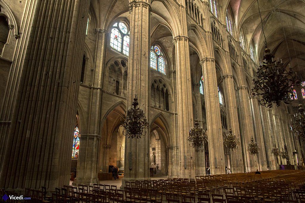 Nef de la cathédrale et collatéral.
