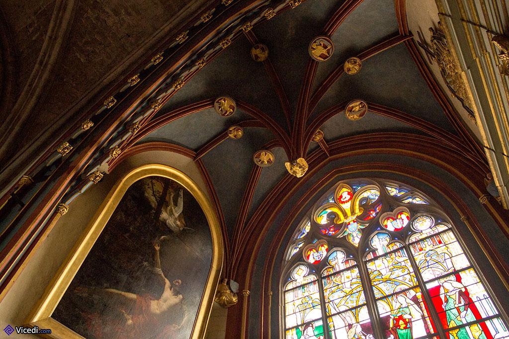 Dans la chapelle Jacques Coeur et sa voûte, très décorée. A gauche, on peut voir un tableau représentant  Saint Sébastien soigné par l'ange. Il s'agit d'une oeuvre d'Alphonse Garreau.
