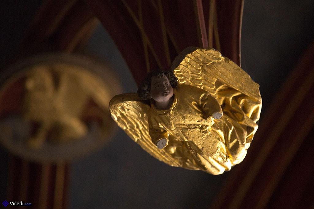 Un ange, décorant le centre de la voûte de la chapelle Jacques Coeur.